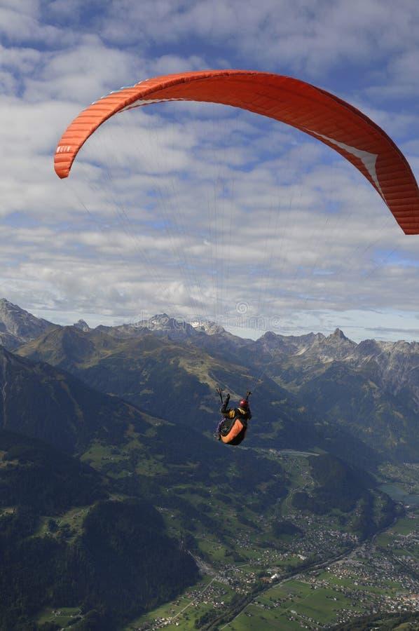 Áustria: Paraglider acima no ar acima de Schruns no Montafon Vale, Vorar fotos de stock royalty free