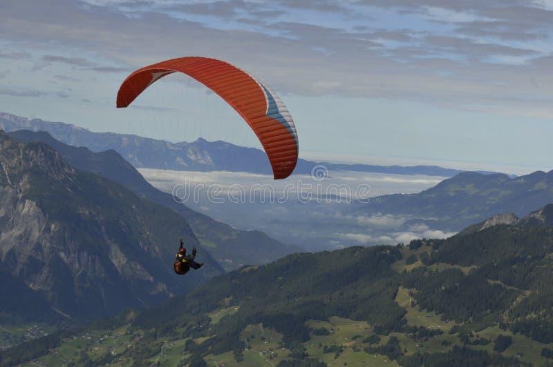 Áustria: Parapente acima de Schruns em Montafon imagens de stock royalty free