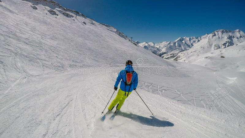 ?ustria - um esquiador que vai abaixo da inclina??o foto de stock