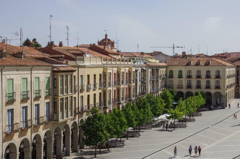 Ávila, España - 23 de agosto de 2012: Vista de edificios en la plaza Sant imágenes de archivo libres de regalías