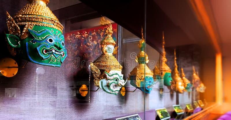 """ d'""""Khon†les masques traditionnels de Thais dans un coffret d'étalage en verre photographie stock libre de droits"""
