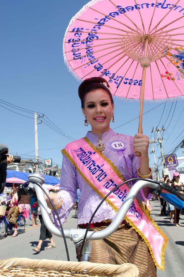 ⢠de Thaise glimlach van de Dame in parade van pedaal een fiets. royalty-vrije stock foto