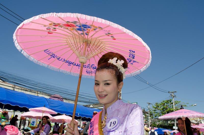 ⢠de Thaise glimlach van de Dame in parade van pedaal een fiets. stock foto