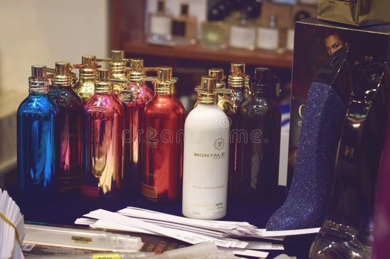 """€ de KIEV, UCRÂNIA """"19 DE SETEMBRO DE 2018: Perfume e amostras de alumínio diferentes de Montale Paris de muitas garrafas fragrâ imagem de stock"""