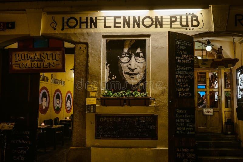 € di Praga, repubblica Ceca «7 MAGGIO 2019: Vista di notte dell'entrata del pub ceco famoso fotografia stock