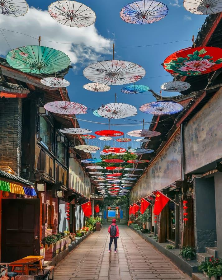 Solo żeńska podróż w porcelanie, przy Shuhe starym miasteczkiem, Lijiang, Yunnan, Chiny fotografia royalty free