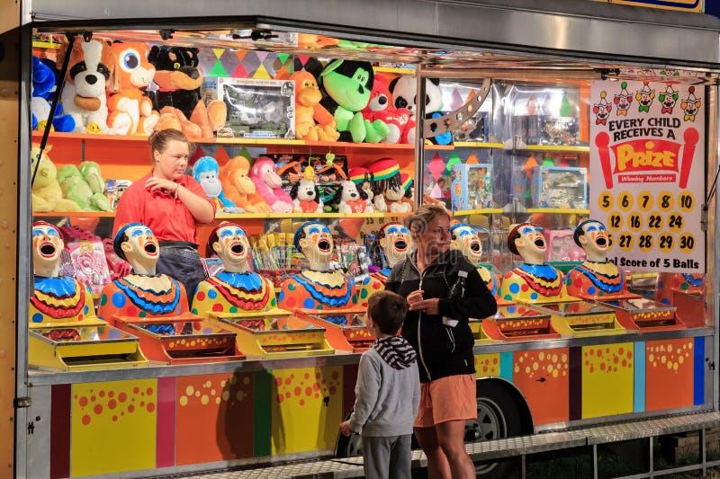 '笑的小丑的狂欢节杂耍比赛 免版税库存照片