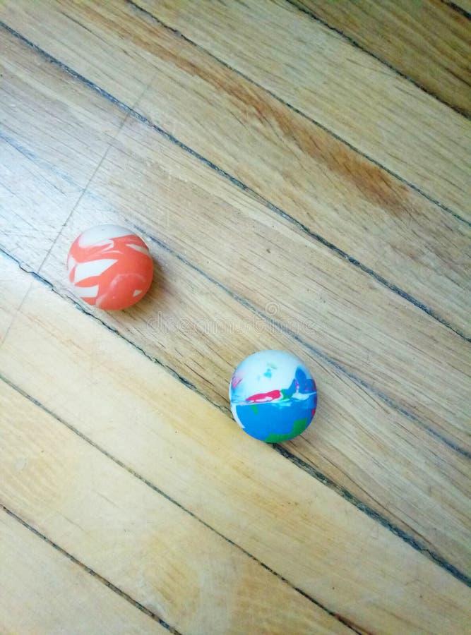 '跳跃'在木背景的球 免版税库存照片