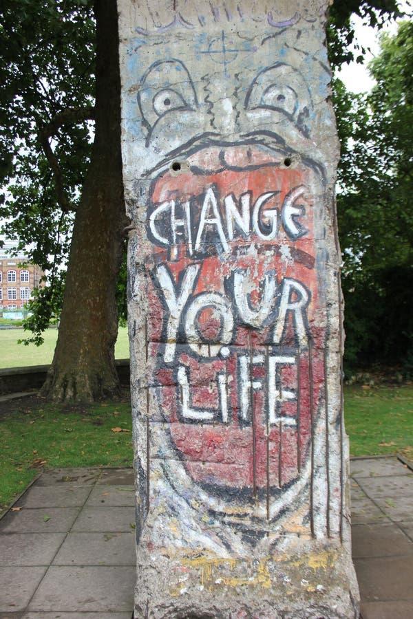 'Change votre Life' : Plaque à la guerre impériale Museum', Londres, Royaume-Uni photographie stock libre de droits