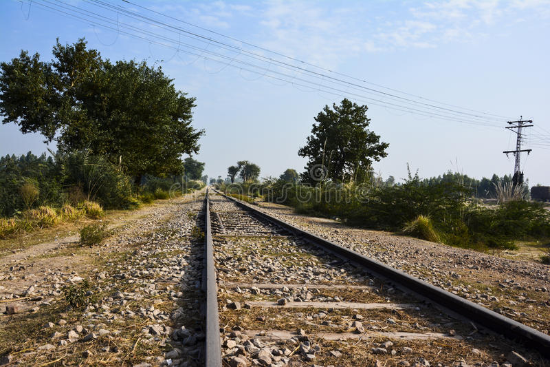 €˜railroad' largo y viejo de la vía del tren - cielo azul fotos de archivo libres de regalías