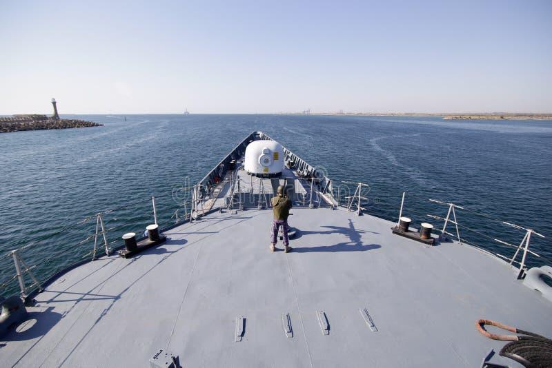 'Regele Ferdinand'大型驱逐舰甲板的罗马尼亚军事水手  库存图片