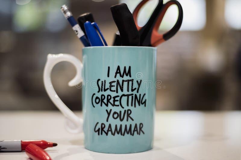 'Korrigerar jag tyst kaffe för din grammatik 'rånar arkivbild