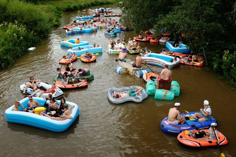 € «1-ое августа 2015 ВАНТА, ФИНЛЯНДИИ: Плавать пива (kaljakellunta стоковое фото rf