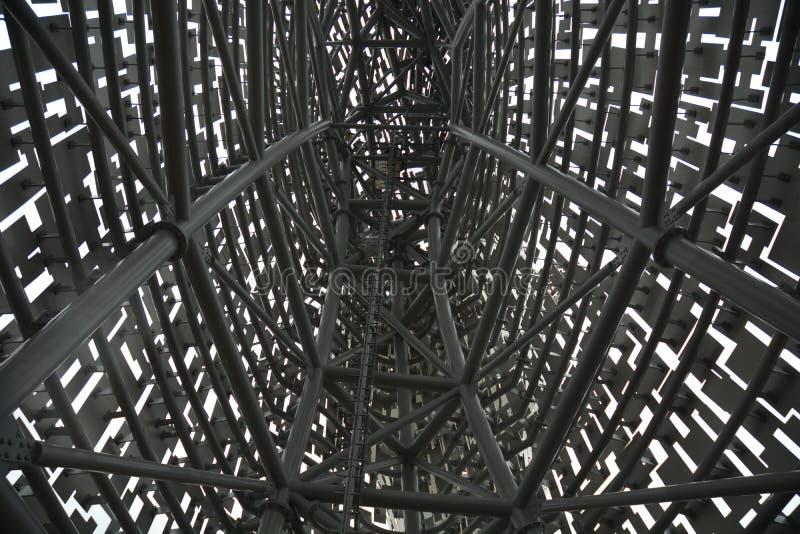 """€ complejo de la estructura del metal """"dentro de una estructura del metal que mira la acería imagen de archivo libre de regalías"""