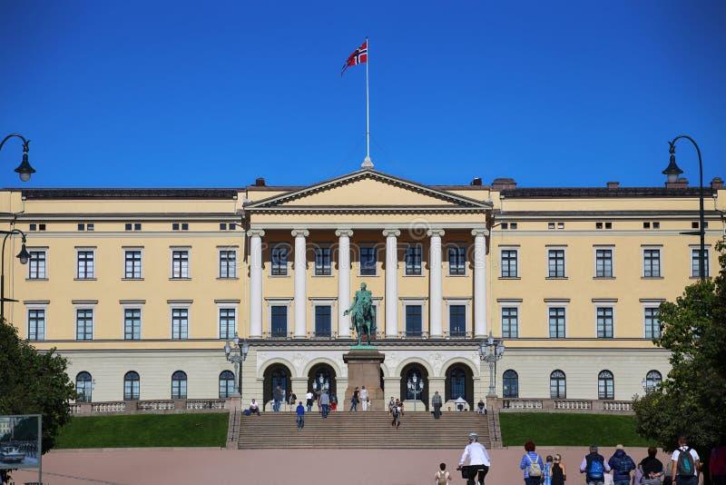 € d'OSLO, NORVÈGE «le 17 août 2016 : Visite de touristes Royal Palace photos stock