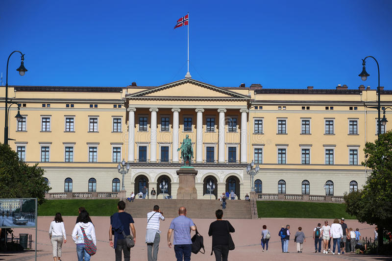 € d'OSLO, NORVÈGE « le 17 août 2016 : Visite de touristes Royal Palace photos stock