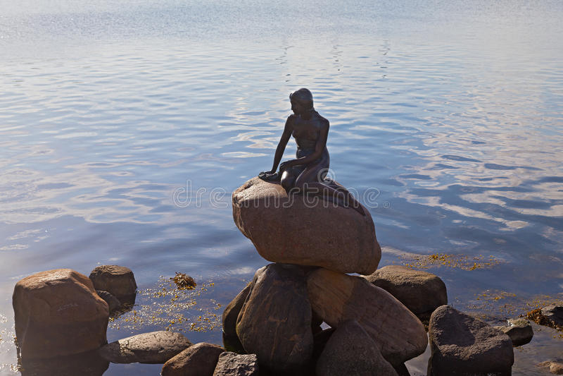 """€ de COPENHAGA, DINAMARCA """"o 16 de julho: A estátua pequena do bronze da sereia o 16 de julho de 2014 em Copenhaga foto de stock"""
