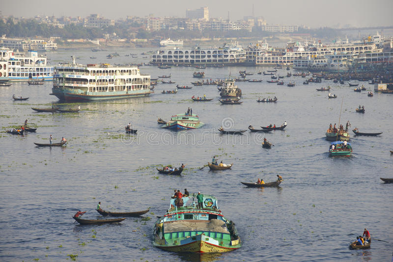 "€ de DHAKA, BANGLADESH ""o 21 de fevereiro: Os residentes de Dhaka cruzam o rio de Buriganga por barcos o 21 de fevereiro de 2014 foto de stock"
