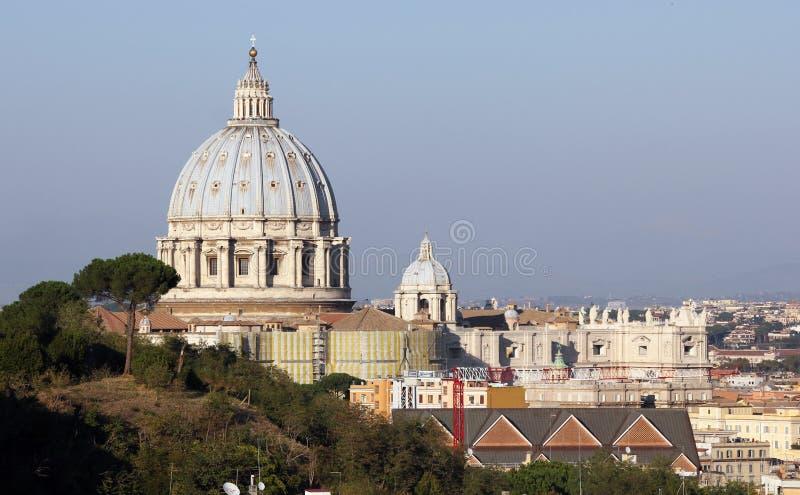 € de Rome «à travers les arbres et les dessus de toit à la basilique de Peter's de saint photos libres de droits
