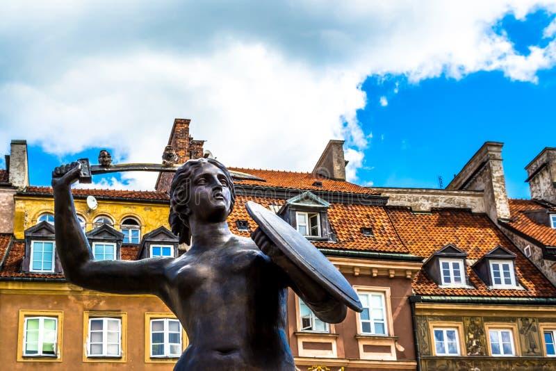 """€ de Varsovia, Polonia """"14 de julio de 2017: Escultura de una sirena en la ciudad vieja en Varsovia el día soleado imagenes de archivo"""
