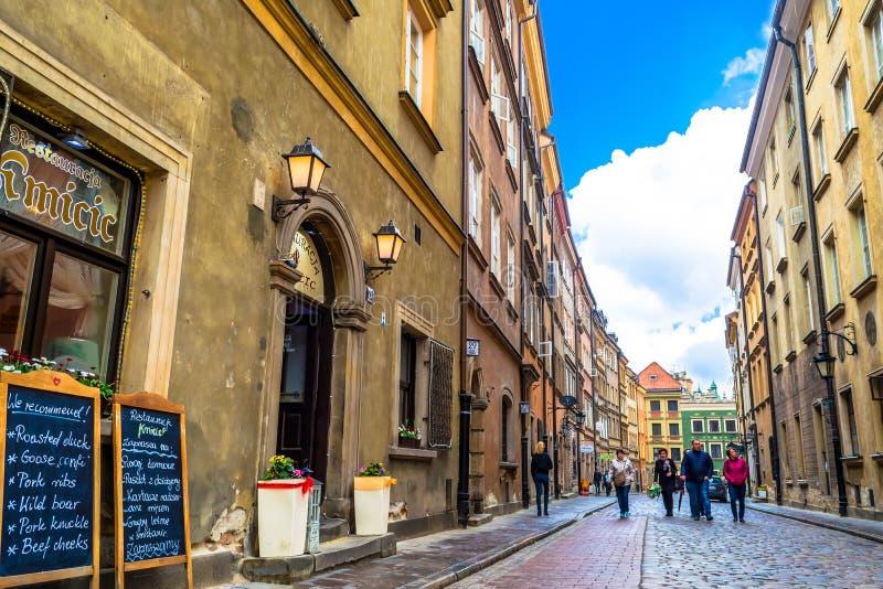 """€ de Varsovia, Polonia """"7 de mayo de 2017: Calle en la ciudad vieja de Varsovia - la capital de Polonia imagen de archivo"""