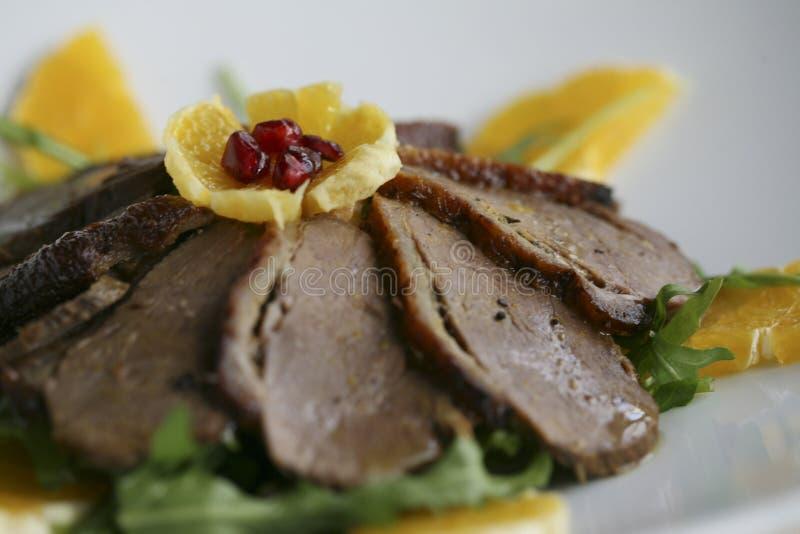 € de viande de canard de Mallard «rôti, avec les oranges et la salade de fusée photographie stock libre de droits