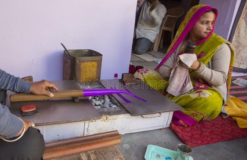 """€ di JAIPUR, Ragiastan, India """"dicembre 2016: Gioielliere indiano che fa Br immagini stock libere da diritti"""