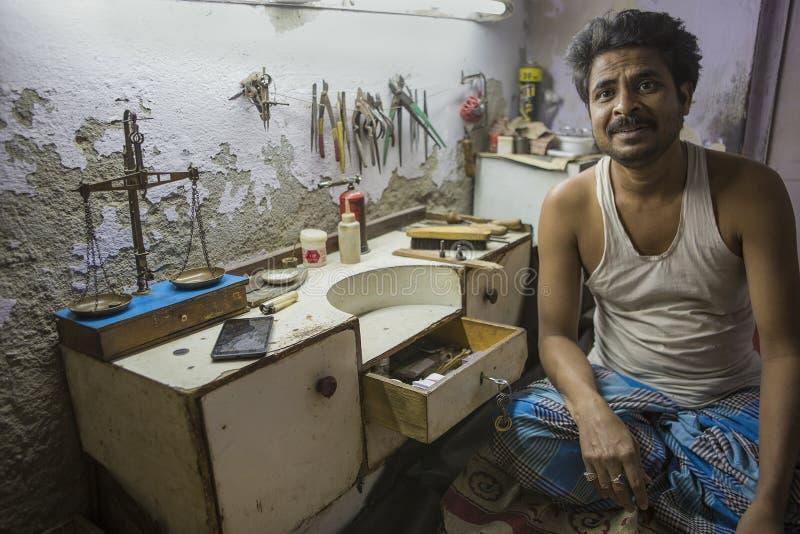 """€ di JAIPUR, Ragiastan, India """"dicembre 2016: Gioielliere indiano che rende immagini stock libere da diritti"""