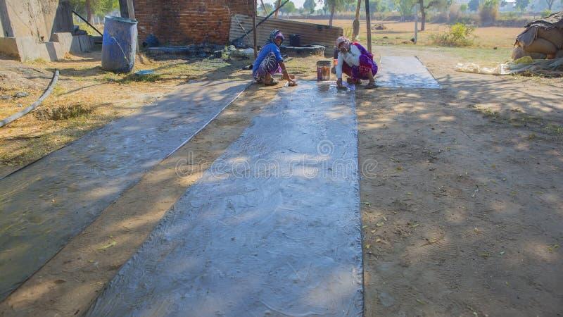 """€ di JAIPUR, Ragiastan, India """"dicembre 2016: Tessuto che tinge con il natu fotografia stock libera da diritti"""