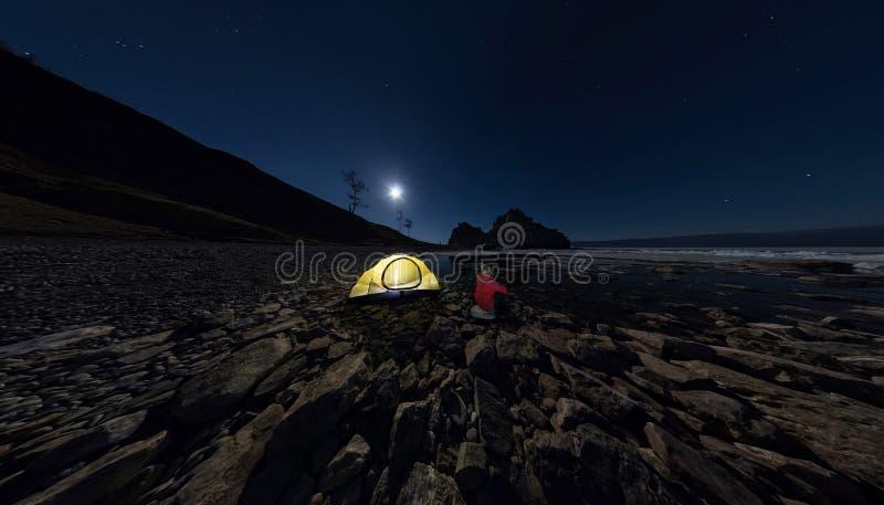 Â人全景Â帐篷的在Â在湖Ba岸的石头海滩  库存图片