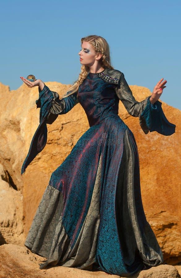 del Fairy-tale la bruja con la esfera mágica fotografía de archivo