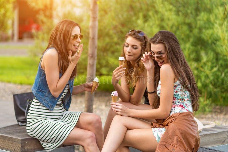 die besten Freunde Schönheit drei, die Eiscreme in der Stadt isst lizenzfreies stockfoto