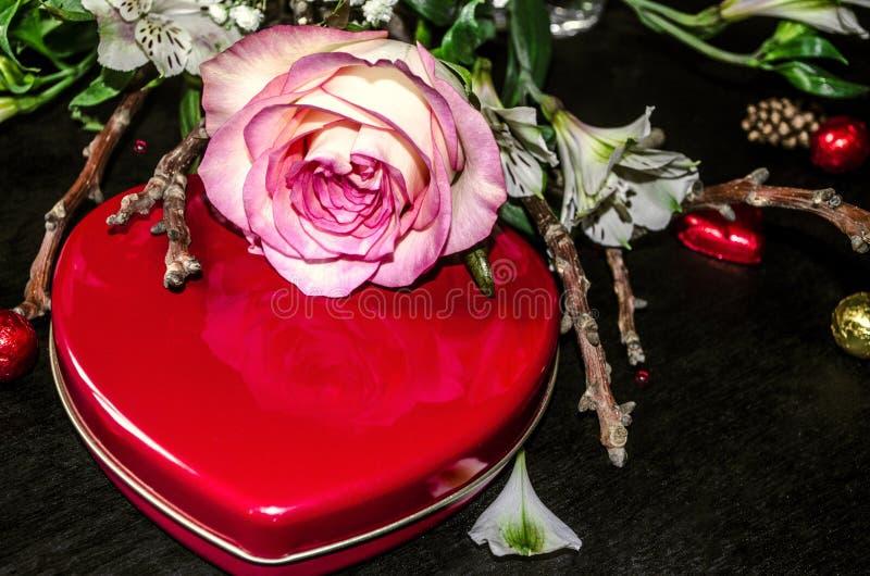 gialloda pinkorlato è aumentato con il cuore rosso della scatola fotografia stock libera da diritti