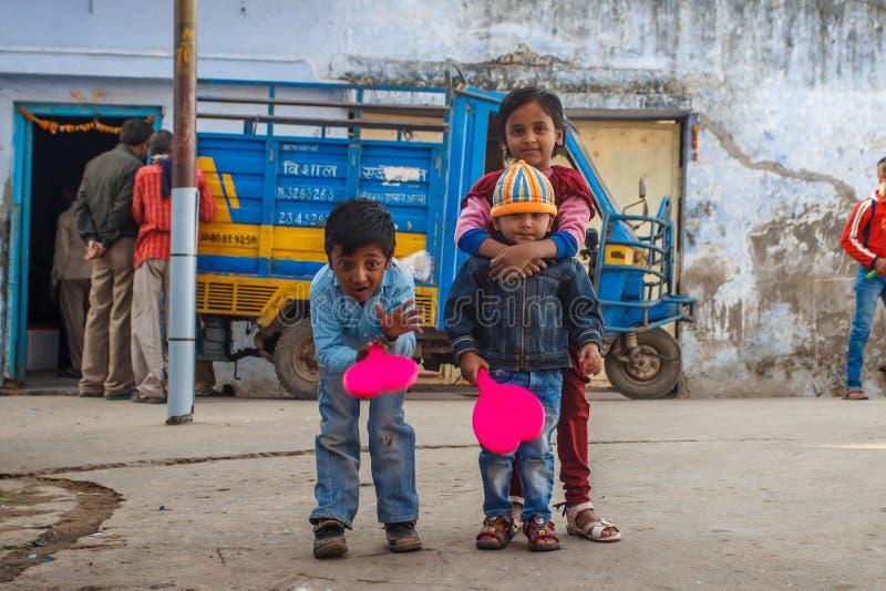 ÂGRÂ, INDE - DÉCEMBRE 2012 : Barrière et enfants de Taj Mahal jouant le badminton près de cette merveille du monde Une des la plu photographie stock libre de droits