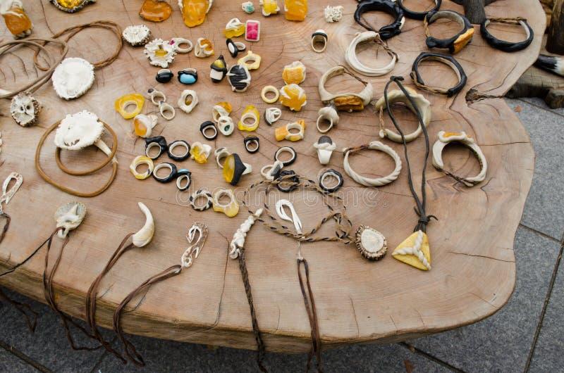 Âmbar Handmade do osso da jóia na tabela de madeira imagem de stock