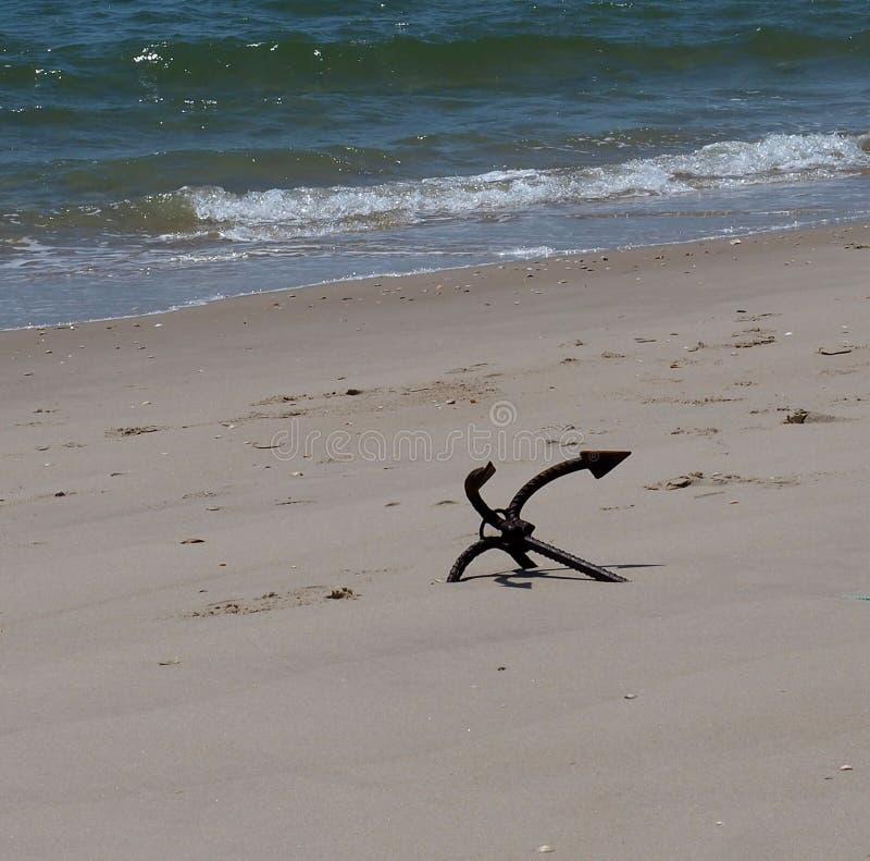 A âncora na areia no Praia faz Barril Tavira Portugal fotografia de stock royalty free