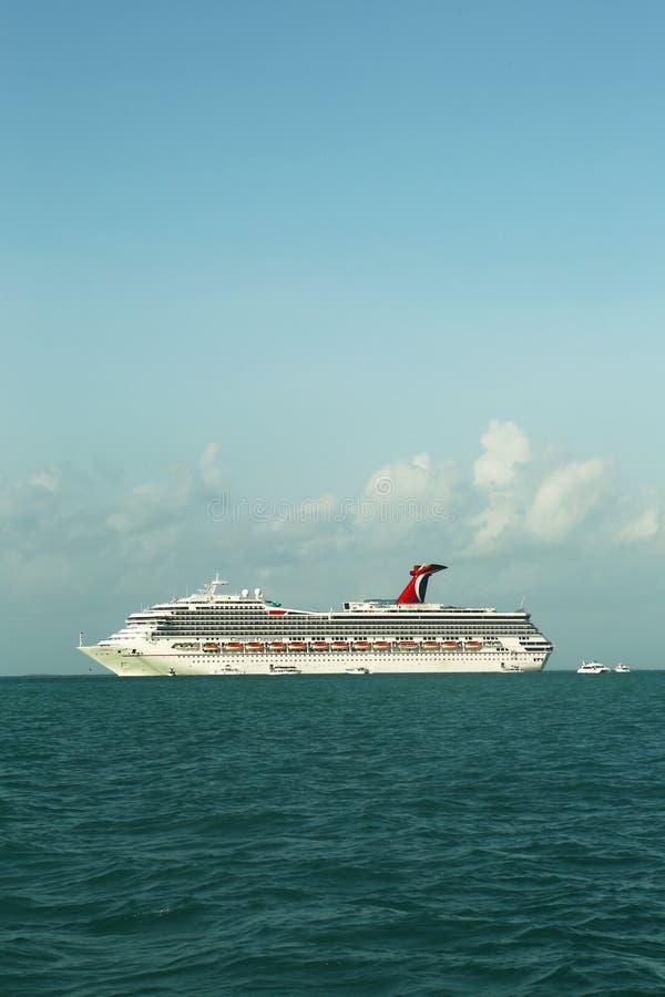 Âncoras do navio de cruzeiros da conquista do carnaval perto da cidade de Belize imagem de stock
