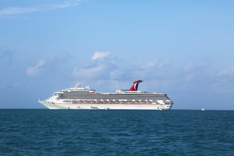 Âncoras do navio de cruzeiros da conquista do carnaval perto da cidade de Belize fotos de stock