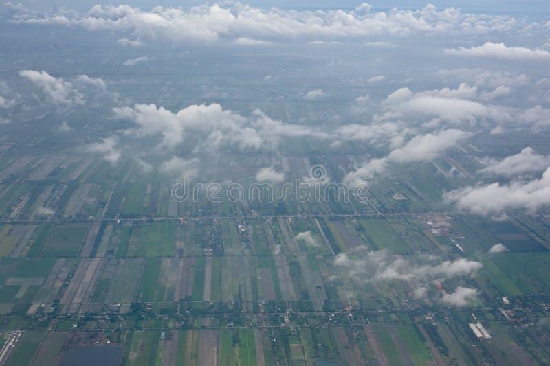ângulo de vista aérea quando olhar para fora a janela do plano no céu imagem de stock