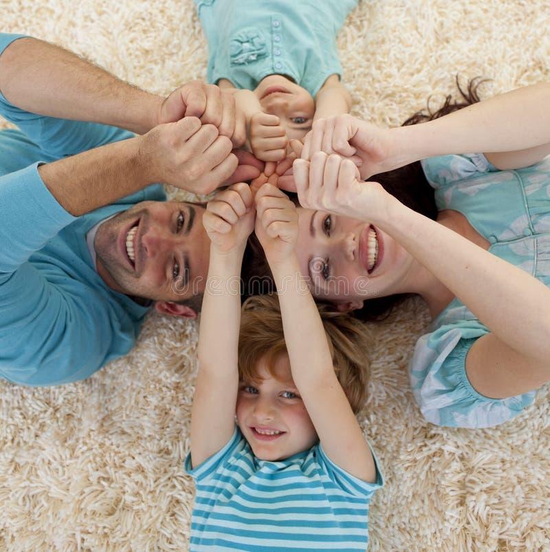 Ângulo elevado da família no assoalho fotos de stock royalty free