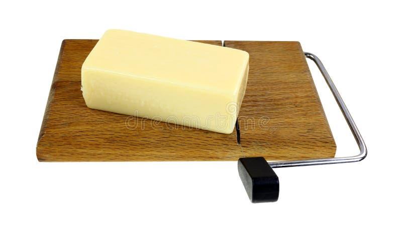 Ângulo gordo reduzido da placa de corte do queijo imagens de stock royalty free