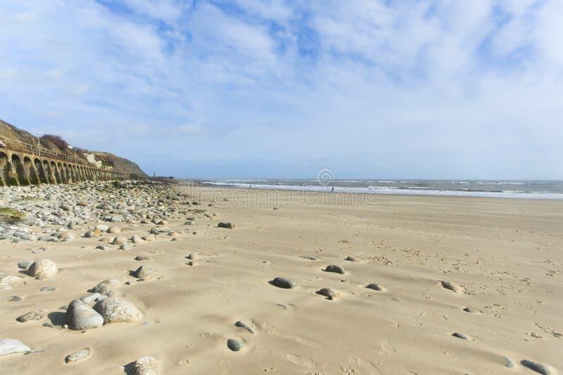 Ângulo largo Pebble Beach do formato de paisagem e céu azul fotografia de stock royalty free