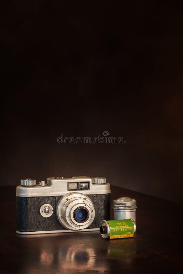 1950's 35mm照相机和影片在布朗有拷贝空间的 库存图片