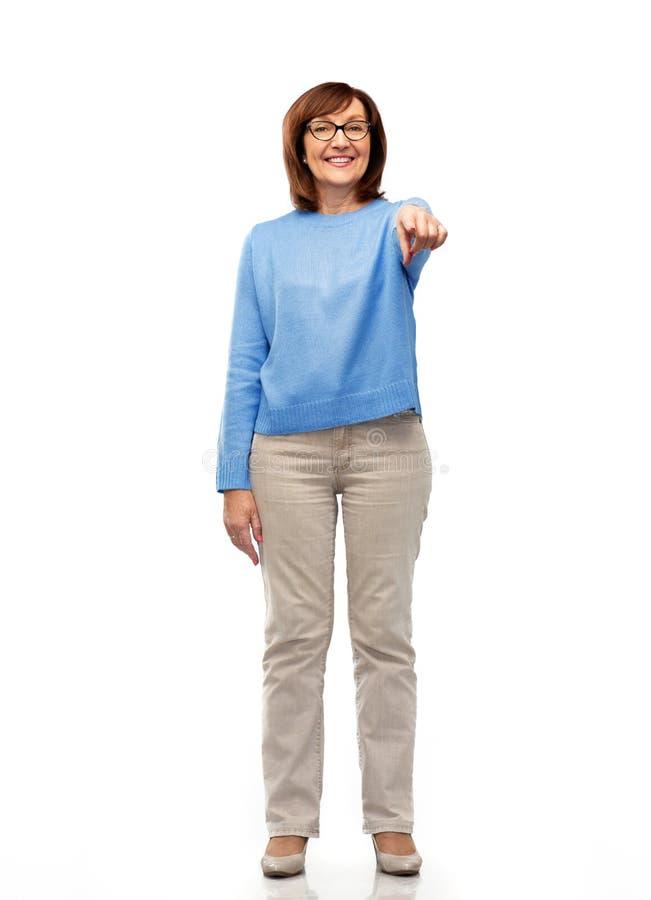 Ältere Frau in den Gläsern Finger auf Sie zeigend lizenzfreie stockfotografie