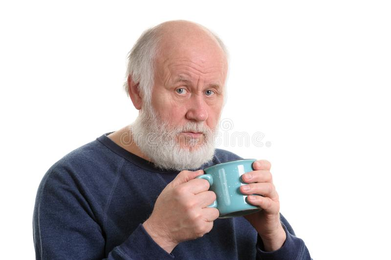 Älterer Mann mit Tasse Tee oder Kaffee lokalisiert auf Weiß stockfotografie