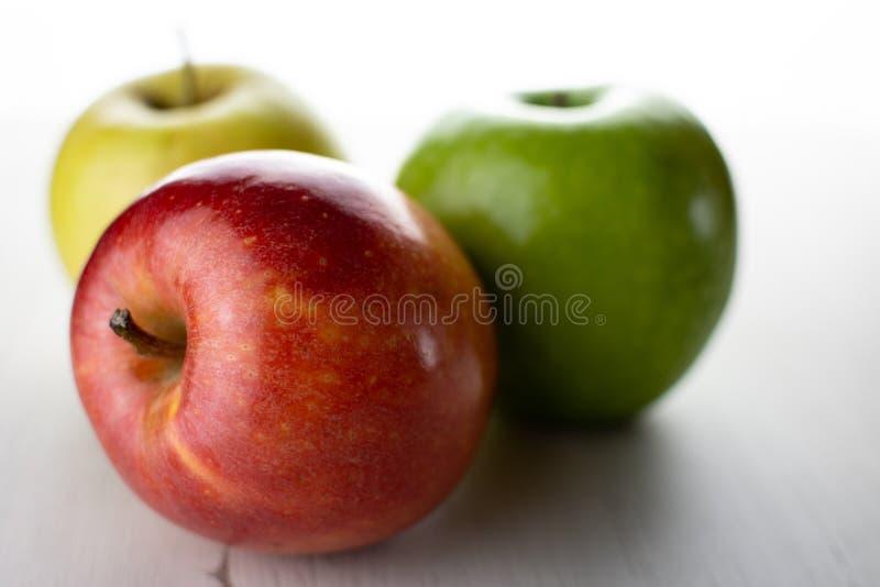 Äpfel mit weißem Hintergrund stockfotos