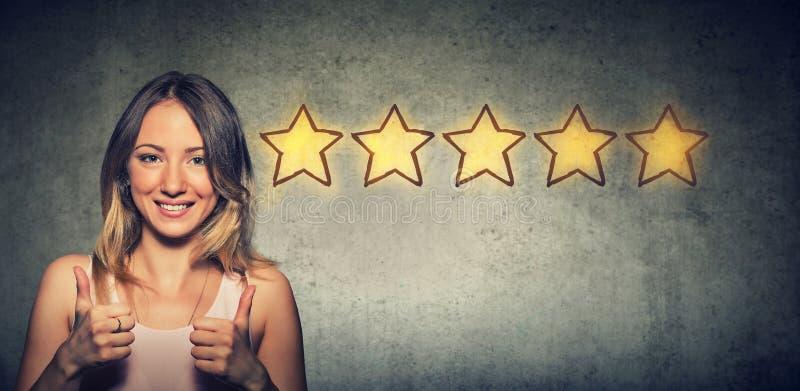 Ð ¡ heerful piękna kobieta ono uśmiecha się pokazywać kciuk jak w górę gesta wybiera pięć gwiazd oszacowywać zdjęcie stock
