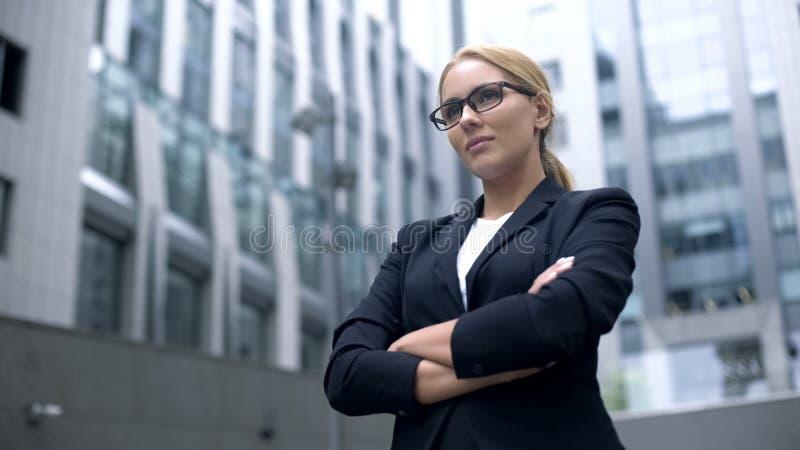 Überzeugte Geschäftsdame, die Herausforderung, zweckmäßig und intelligent, wenn Ziel nimmt erzielt wird lizenzfreies stockfoto