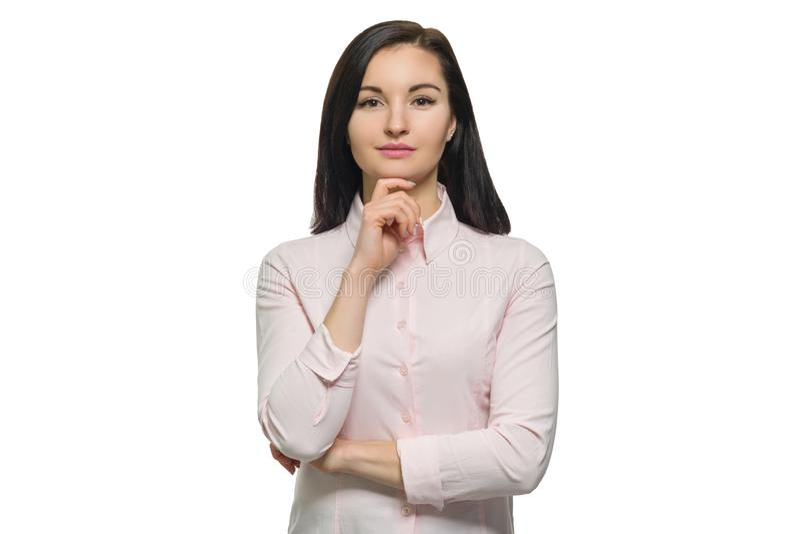 Überzeugte junge Geschäftsfrau im rosa Hemd auf weißem lokalisiertem Hintergrund lizenzfreie stockfotografie