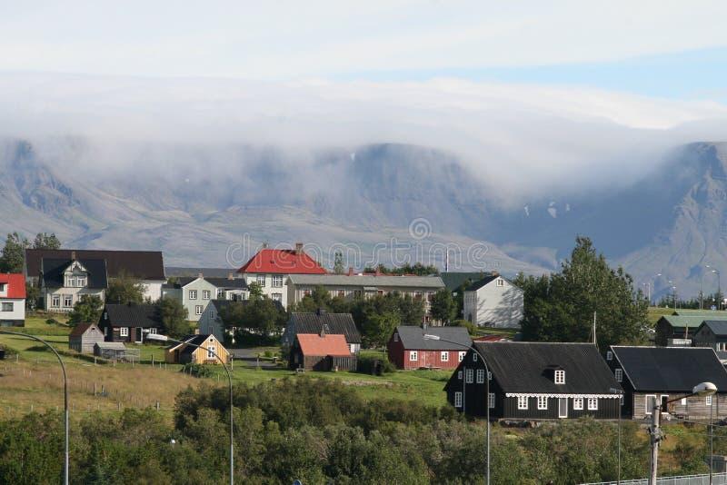 Ã-rbæjarsafn i ReykjavÃk på en härlig dag med en dimma i berget av Esja fotografering för bildbyråer